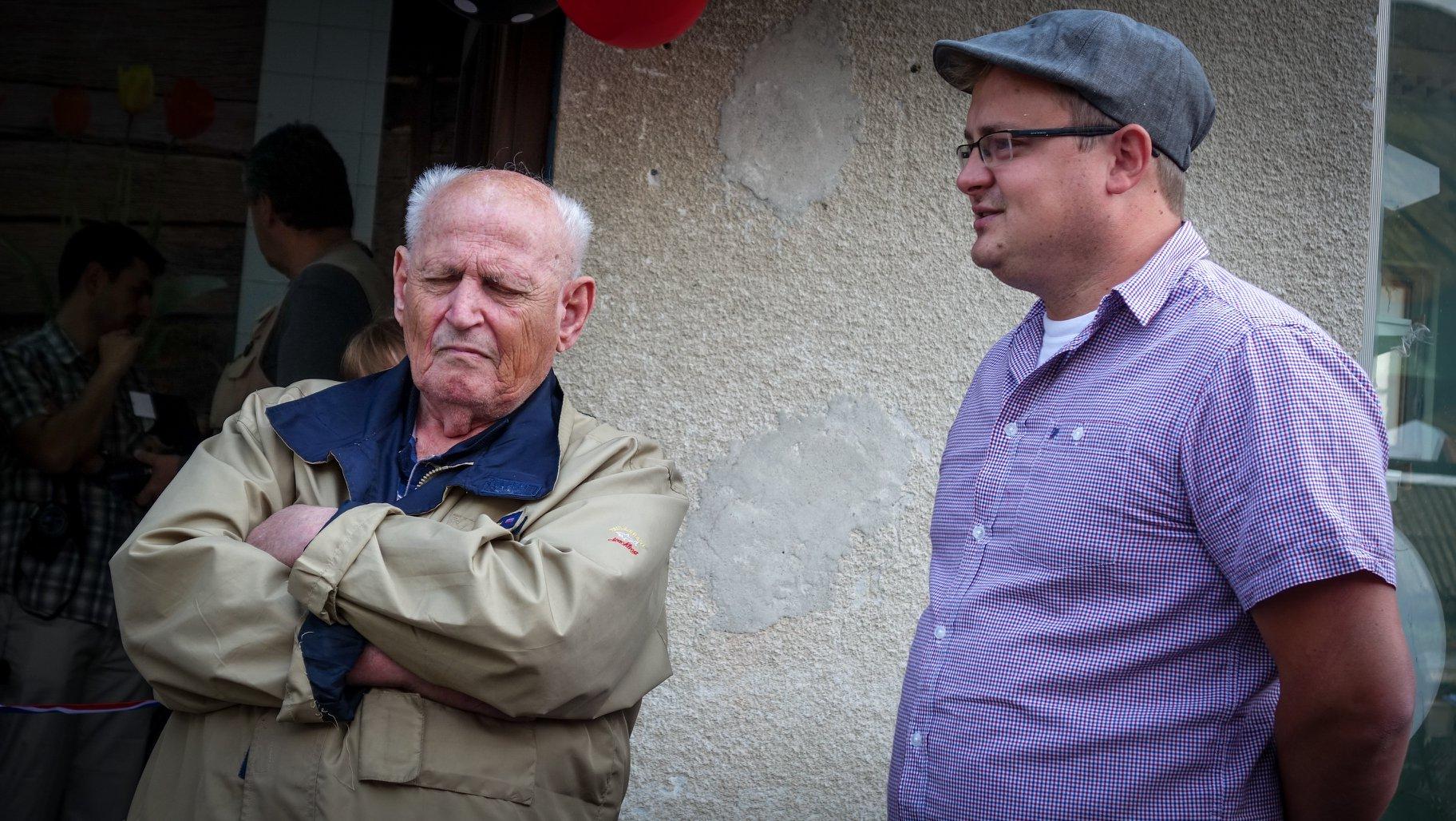 Legenda petrinjskog lončarstva Matej Stanešić i njegov učenik  Valentino Valent, danas uspješan umjetnik i lončarski poduzetnik, na otvorenju Glinene priče